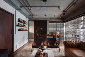 sala de estar decorada e inspirada no estilo industrial